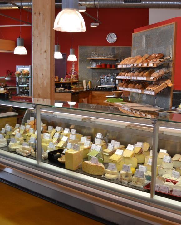 Käsetheke in der Höhenberger Biokiste, Velden